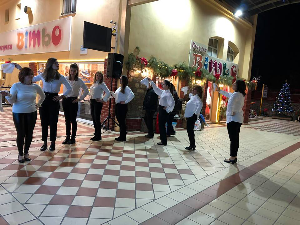 H σχολή χορούAntiGravity Dance Labσε μια ξεσηκωτική παράσταση παραδοσιακών χορών με συνοδεία από… κάλαντα!